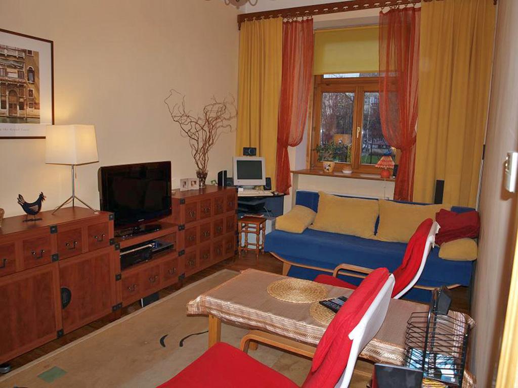widok na duży pokój w mieszkaniu na sprzedaż
