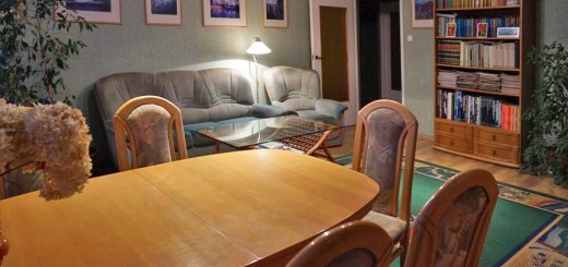 na zdjęciu salon w mieszkaniu na sprzedaż