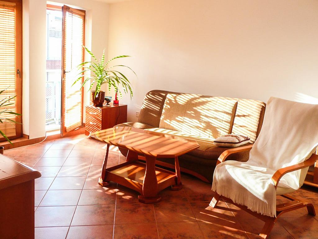 widok na umeblowany salon w mieszkaniu na sprzedaż Wrocław