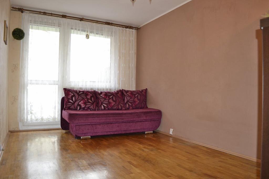 zdjęcie przedstawia salon w mieszkaniu na sprzedaż