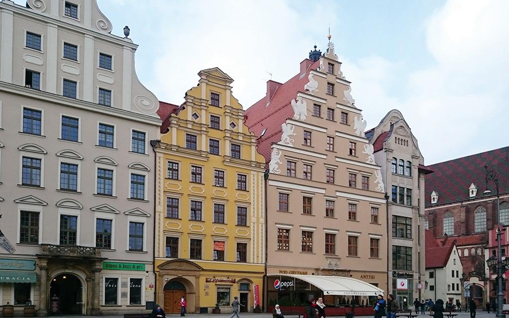 na zdjęciu widok kamienicy w Rynku z mieszkaniem na sprzedaż