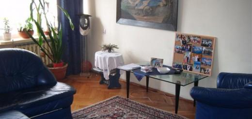 zdjęcie przedstawia umeblowany duży pokój w mieszkaniu