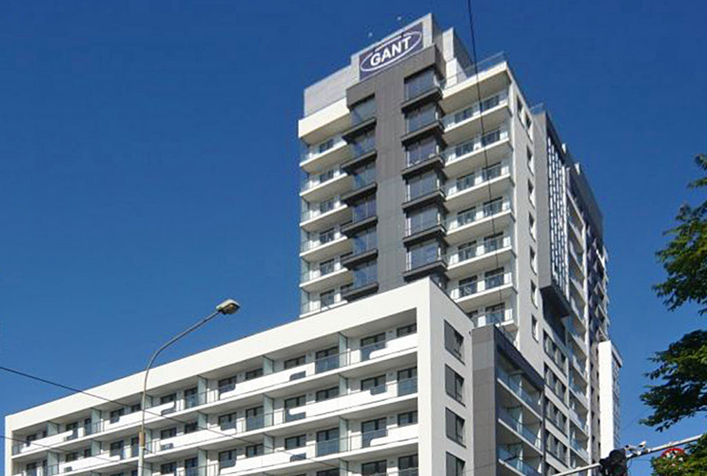 zdjęcie przedstawia apartamentowiec, w którym znajduje się mieszkanie do wynajmu