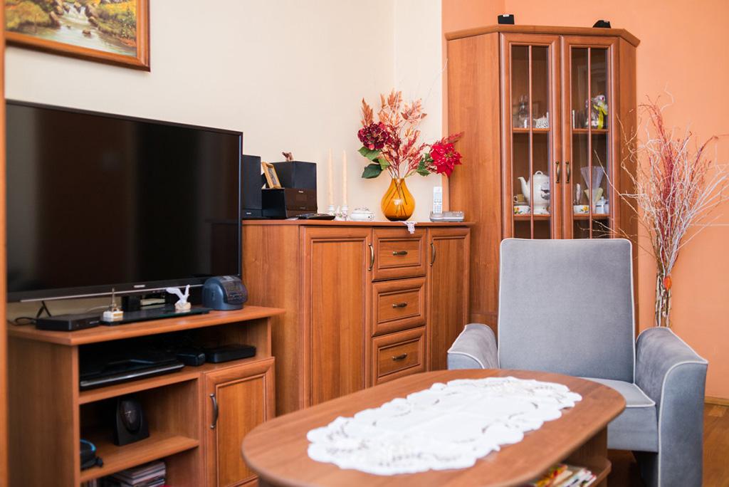 zdjęcie przedstawia umeblowany salon w mieszkaniu na sprzedaż we Wrocławiu