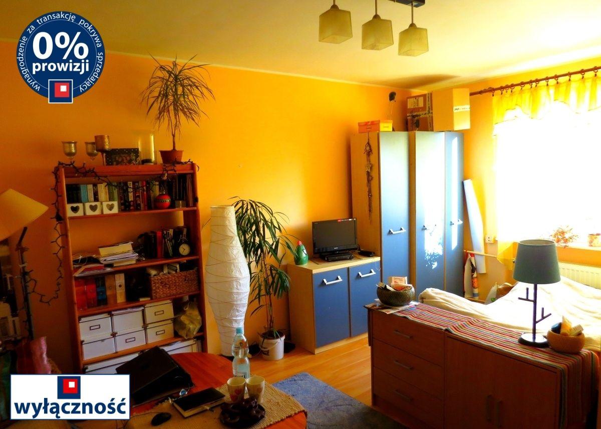 na zdjęciu wnętrze dużego pokoju w mieszkaniu na sprzedaż