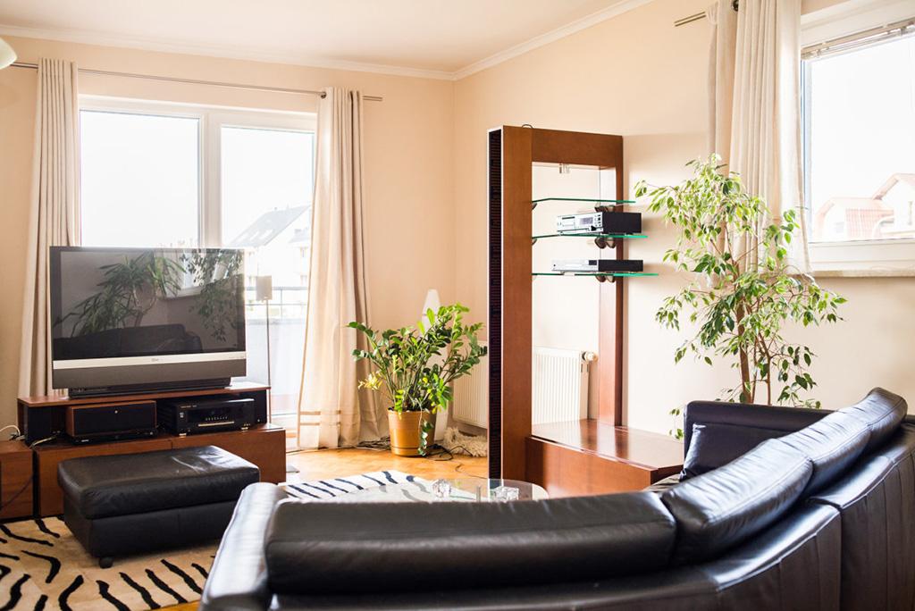 zdjęcie przedstawia luksusowy salon w mieszkaniu na sprzedaż we Wrocławiu