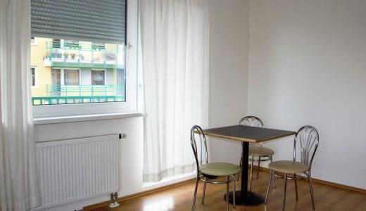 na zdjęciu wnętrze salonu w mieszkaniu na sprzedaż we Wrocławiu, dzielnica Śródmieście