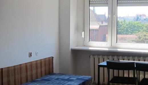 na zdjęciu duży pokój w mieszkaniu do sprzedaży we Wrocławiu