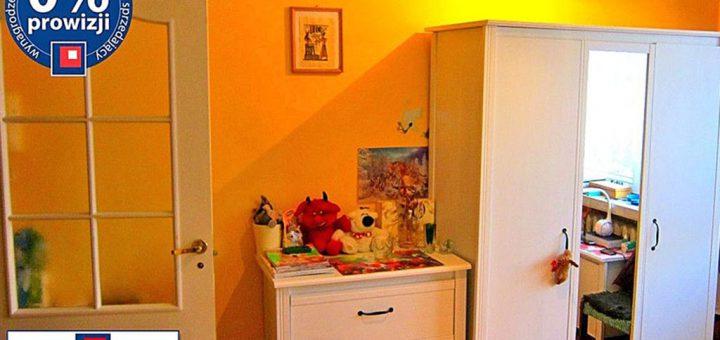 zdjęcie przedstawia salon w mieszkaniu na Krzykach, we Wrocławiu na sprzedaż