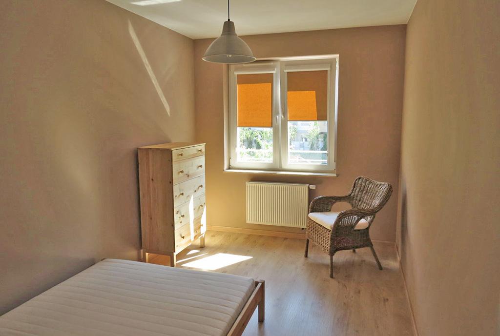 zdjęcie przedstawia jeden z pokoi w mieszkaniu na wynajem we Wrocławiu, na Krzykach