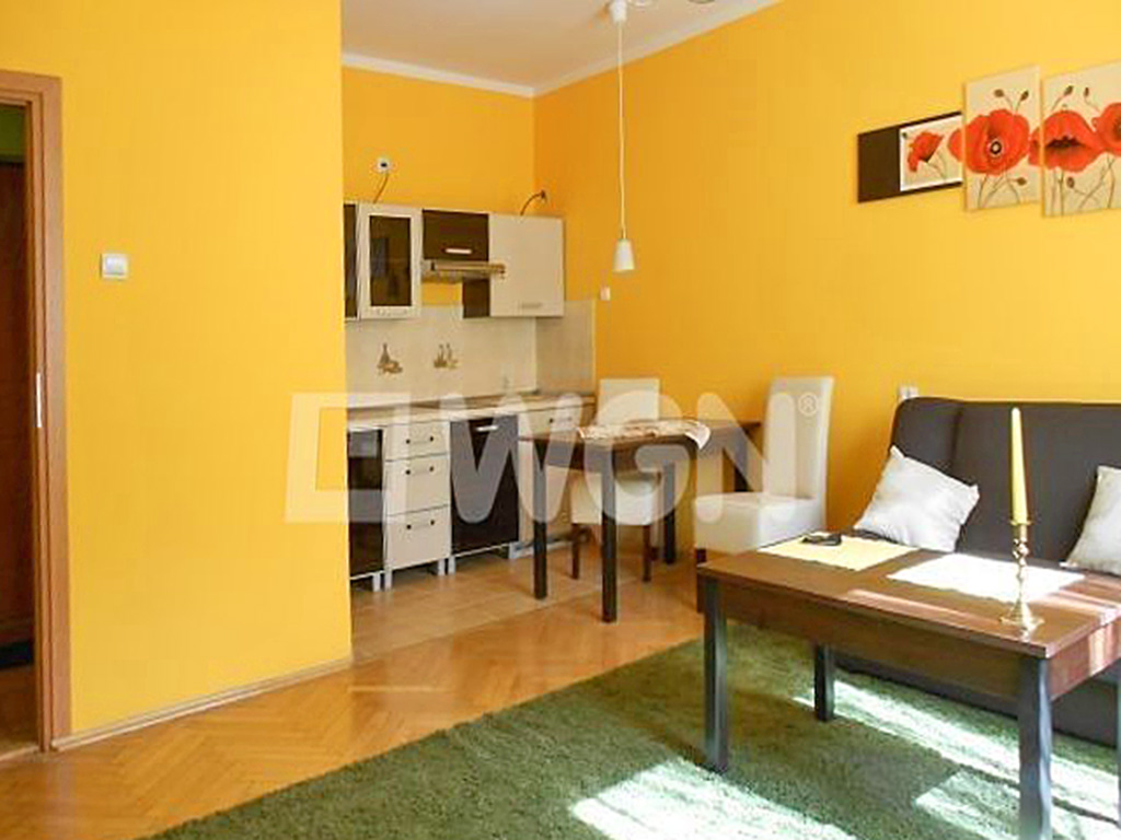na zdjęciu fragment salonu oraz aneks kuchenny w mieszkaniu do wynajęcia w centrum Wrocławia