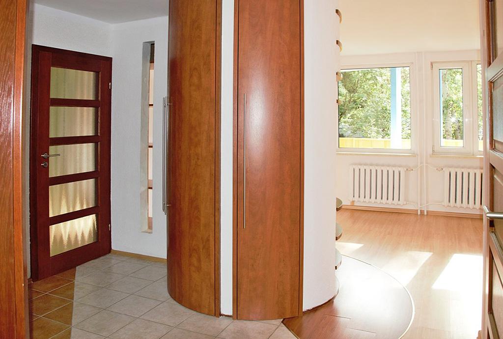 na zdjęciu widok z przedpokoju na salon i inne pomieszczenia w mieszkaniu do sprzedaży we Wrocławiu