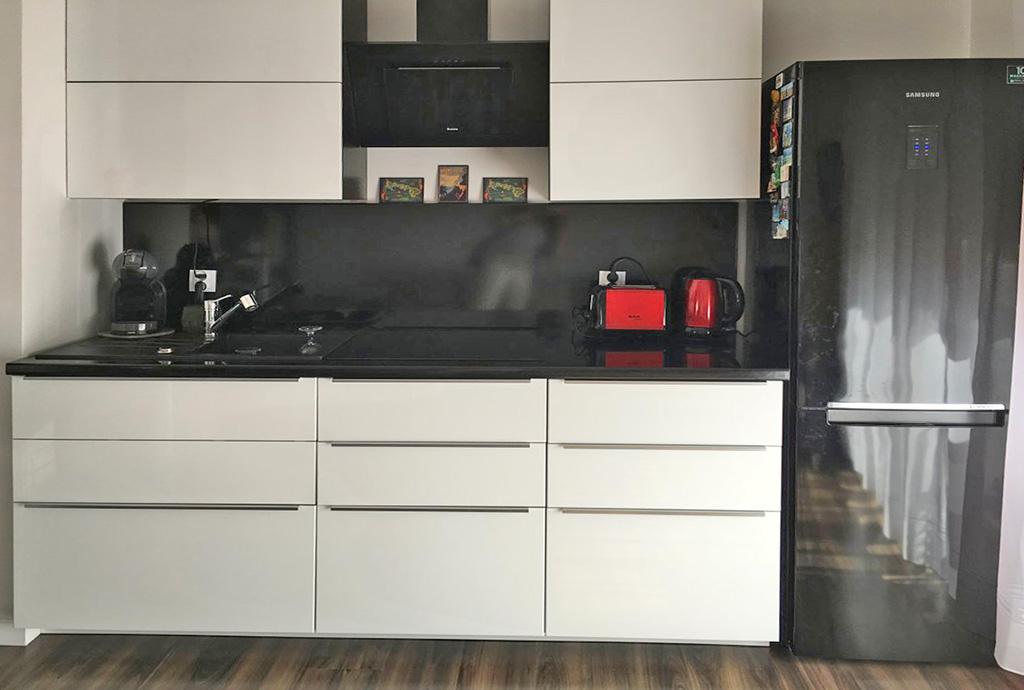 widok na umeblowany aneks kuchenny w mieszkaniu do wynajmu we Wrocławiu