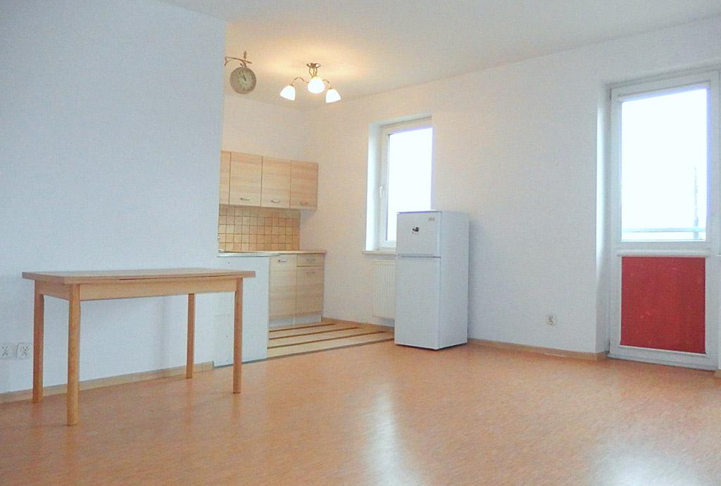 na zdjęciu widok z salonu na aneks kuchenny w mieszkaniu na sprzedaż we Wrocławiu