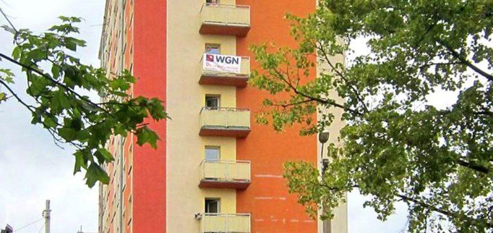 na zdjęciu widok z zewnątrz na wieżowiec we Wrocławiu, w którym znajduje się oferowane na sprzedaż mieszkanie