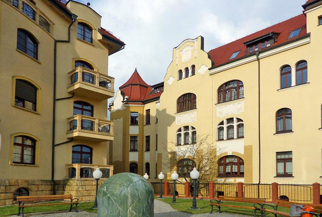 widok na budynek we Wrocławiu, w którym znajduje się oferowane na sprzedaż mieszkanie