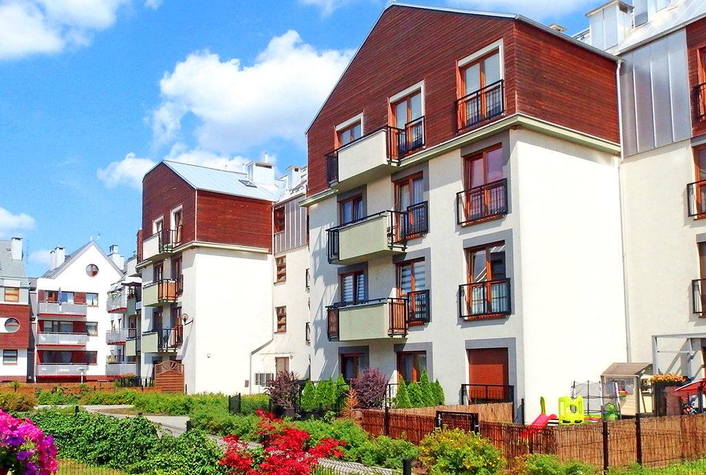 zielone osiedle we Wrocławiu, na którym mieści się oferowane na sprzedaż mieszkanie