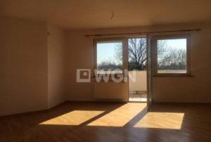 na zdjęciu nieumeblowany salon w mieszkaniu do sprzedaży we Wrocławiu