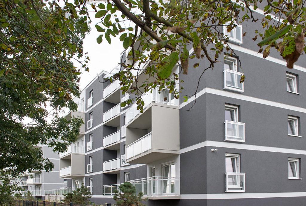 widok od strony osiedla na budynek, gdzie mieści się prezentowane mieszkanie do sprzedaży