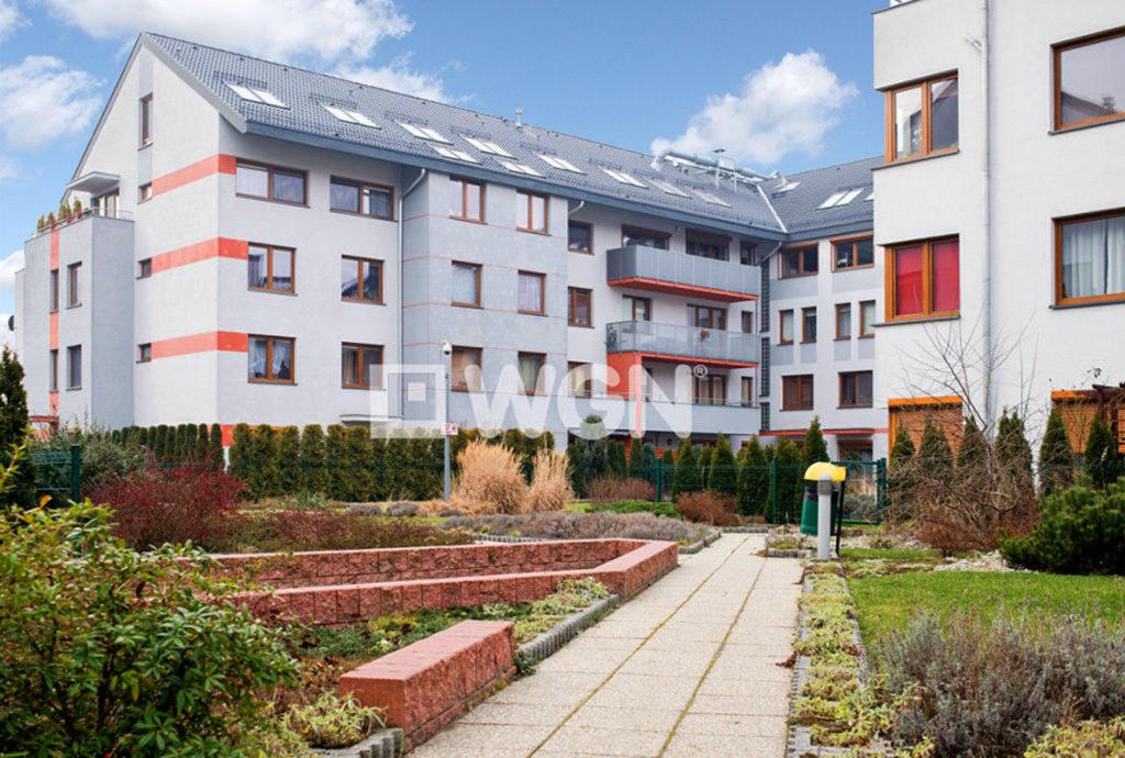 widok na osiedle we Wrocławiu, na którym znajduje się oferowane mieszkanie na sprzedaż