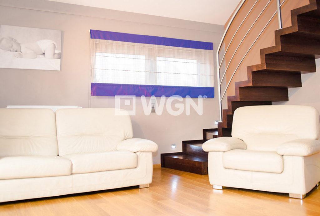 fragment salonu i schodów na górny poziom w mieszkaniu we Wrocławiu na sprzedaż