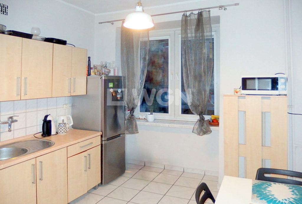 umeblowany aneks kuchenny w mieszkaniu do sprzedaży we Wrocławiu
