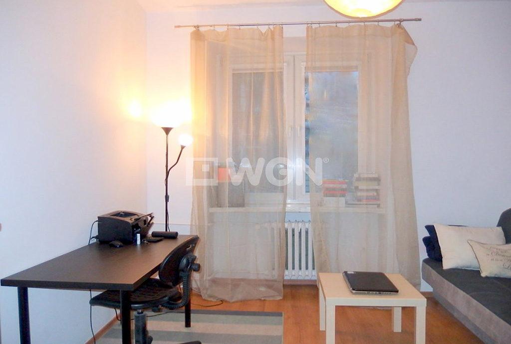 widok z innej perspektywy na salon w mieszkaniu we Wrocławiu na sprzedaż