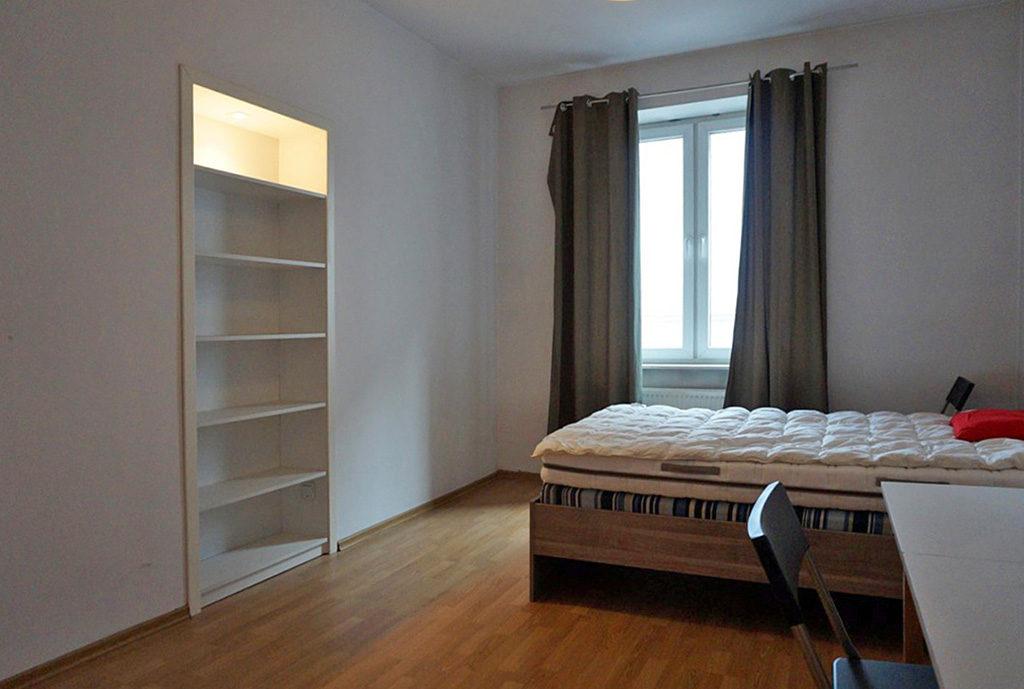 elegancka sypialnia w mieszkaniu do sprzedaży we Wrocławiu