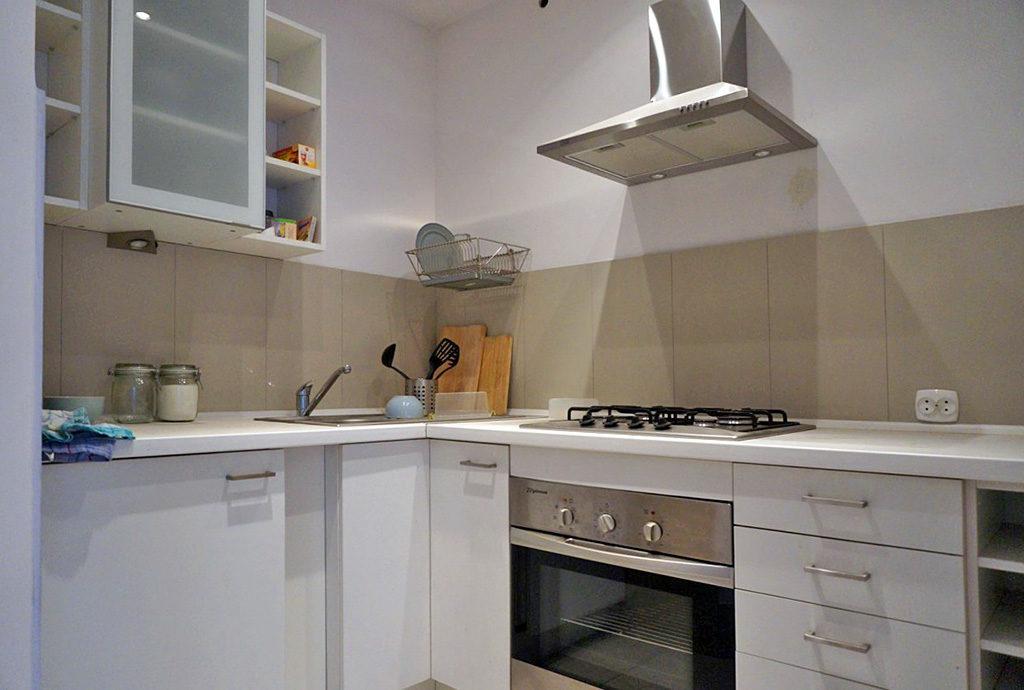 fragment zabudowanej kuchni w mieszkaniu we Wrocławiu na sprzedaż