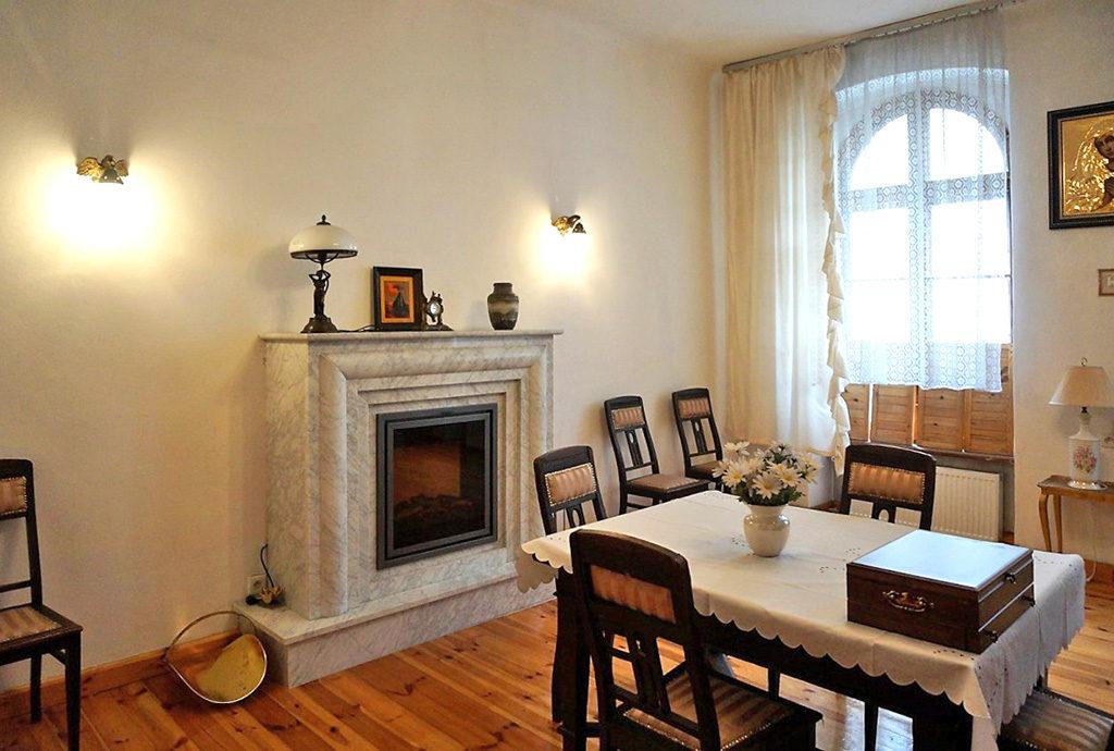 stylowy salon z kominkiem w mieszkaniu na sprzedaży we Wrocławiu