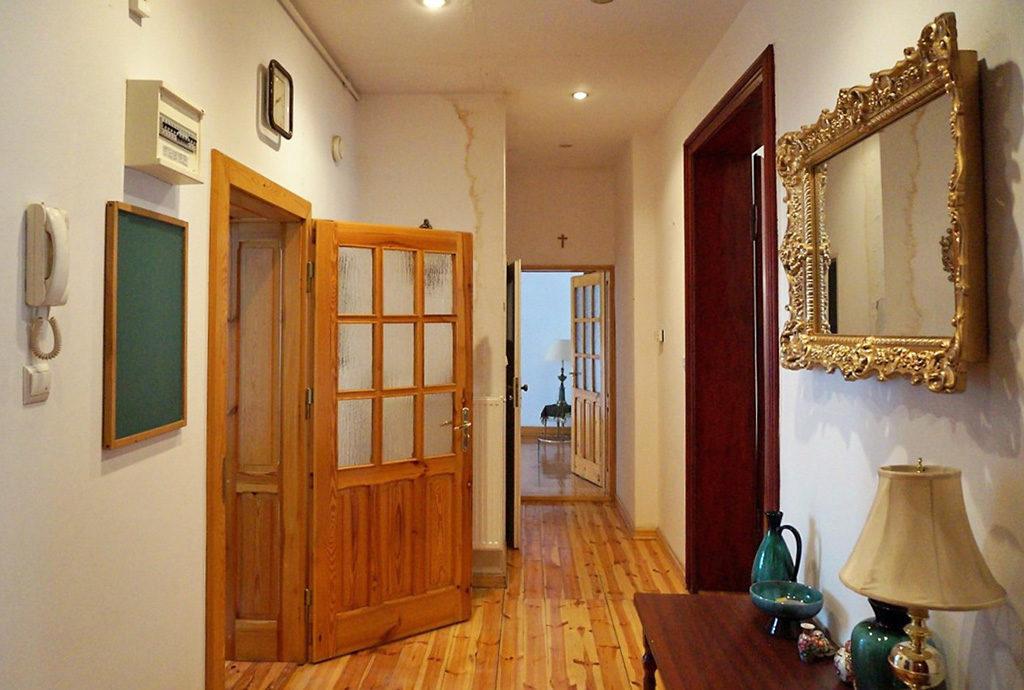 wytworny, komfortowy przedpokój w mieszkaniu we Wrocławiu na sprzedaż
