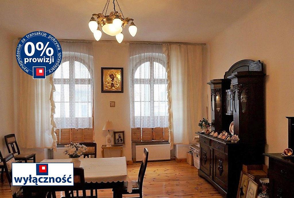 widok z innej perspektywy na salon w mieszkaniu na sprzedaż we Wrocławiu