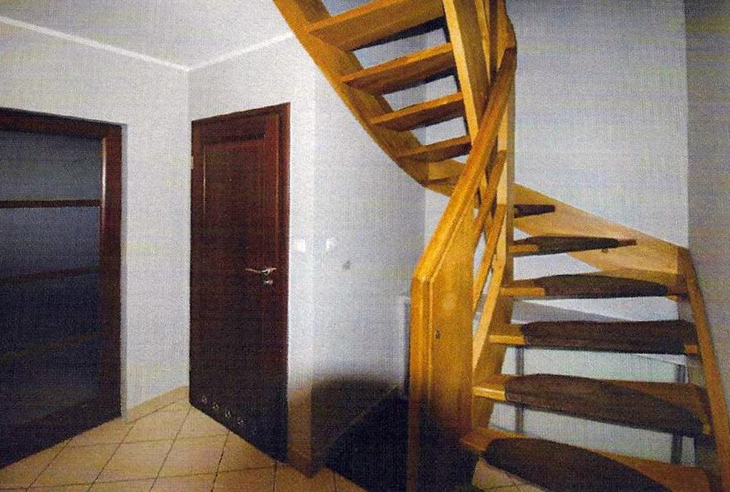 przedpokój ze schodami na górne piętro w mieszkaniu we Wrocławiu na sprzedaż