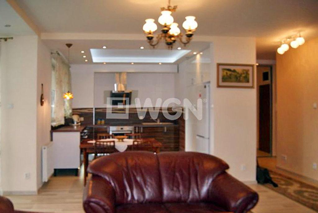 wytworny salon w mieszkaniu na sprzedaż we Wrocławiu