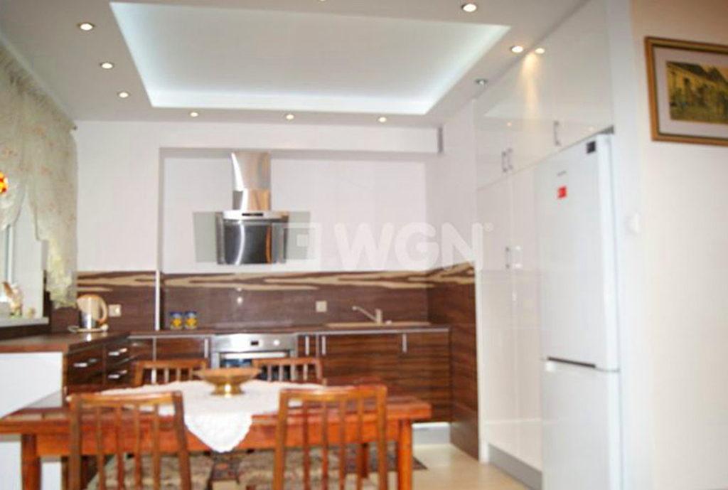 zdjęcie prezentuje aneks kuchenny w mieszkaniu we Wrocławiu na sprzedaż
