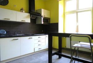 nowocześnie umeblowana kuchnia w mieszkaniu na sprzedaż we Wrocławiu