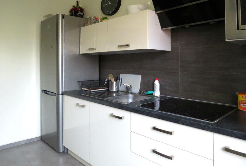 widok na komfortową kuchnię w mieszkaniu na sprzedaż we Wrocławiu