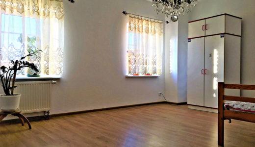 przestronne wnętrze kuchni w mieszkaniu na sprzedaż Wrocław (okolice)
