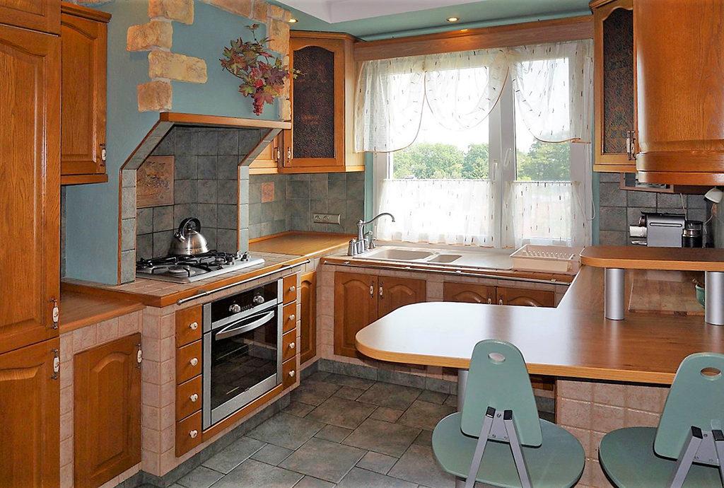 zdjęcie prezentuje stylowo umeblowaną kuchnię w mieszkaniu we Wrocławiu na sprzedaż