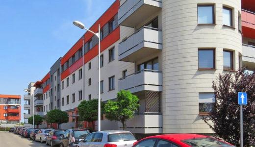 widok od strony ulicy na budynek, we Wrocławiu na Krzykach, gdzie znajduje się oferowane na sprzedaż mieszkanie