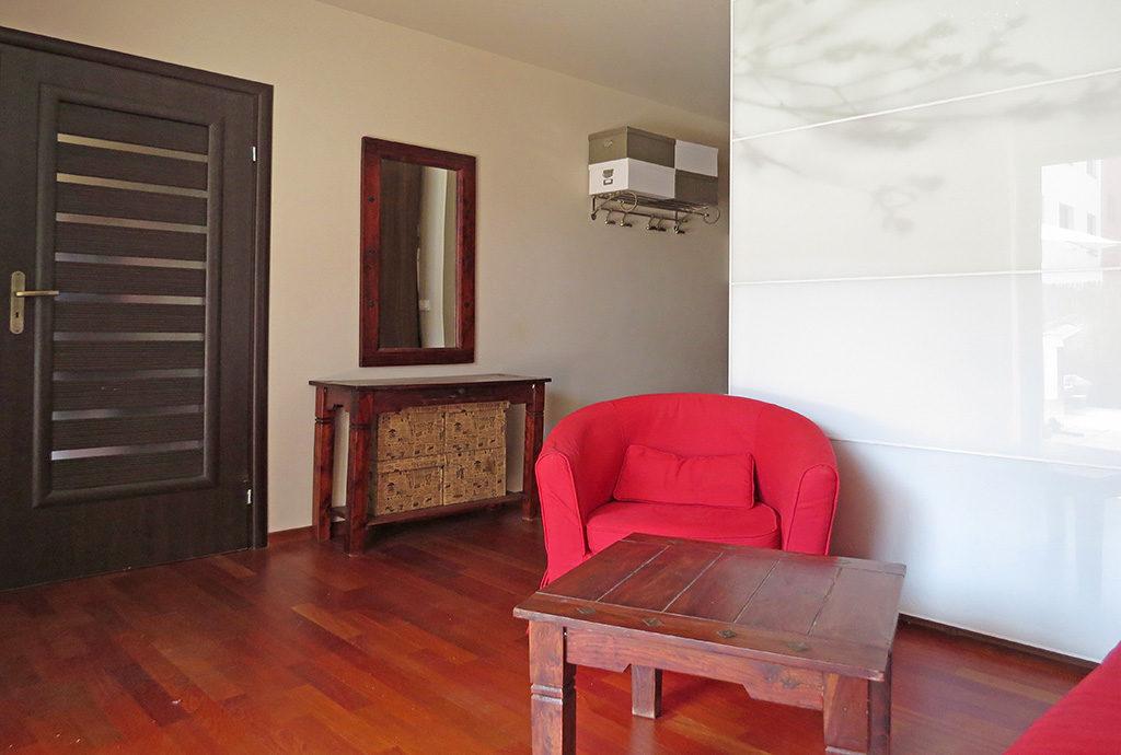 komfortowo urządzony salon w mieszkaniu do sprzedaży we Wrocławiu na Krzykach