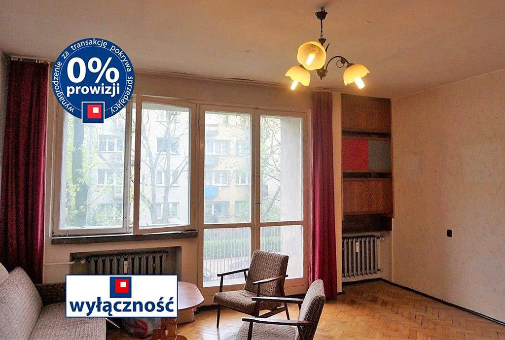 widok z innej perspektywy na duży pokój w mieszkaniu do sprzedaży we Wrocławiu