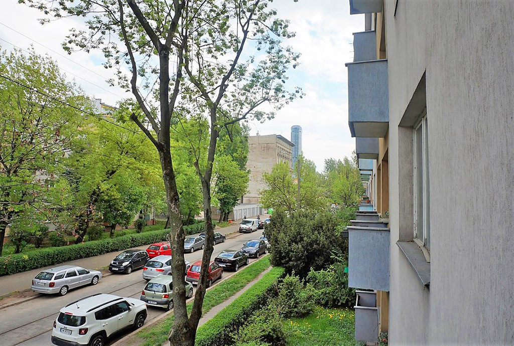 widok z okna na zieleń w mieszkaniu we Wrocławiu na sprzedaż