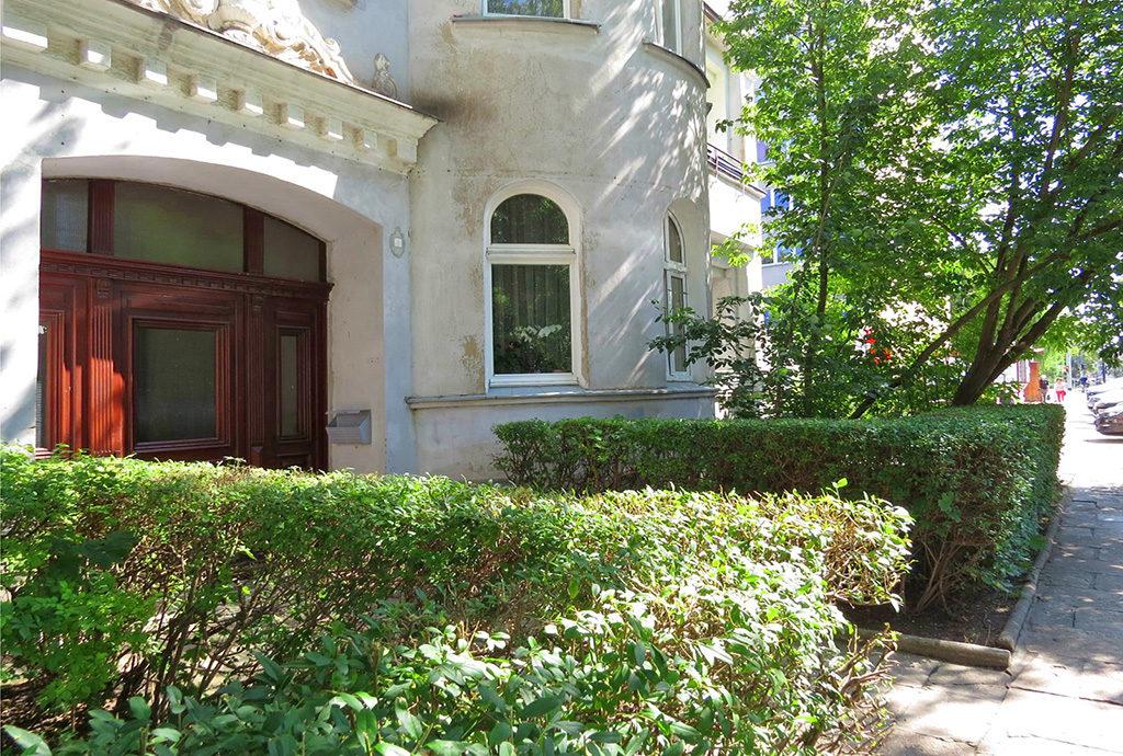reprezentacyjne wejście do kamienicy, we Wrocławiu, na Krzykach, w której znajduje się mieszkanie na sprzedaż