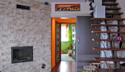 nowoczesny salon w mieszkaniu na sprzedaż we Wrocławiu