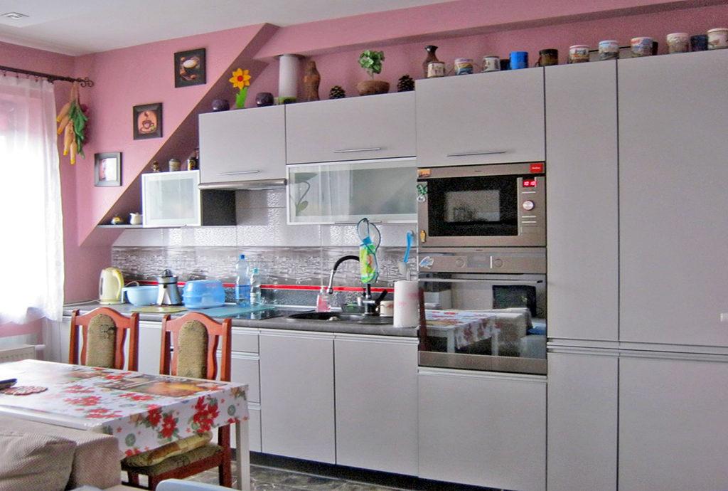 komfortowa kuchnia w mieszkaniu we Wrocławiu na sprzedaż