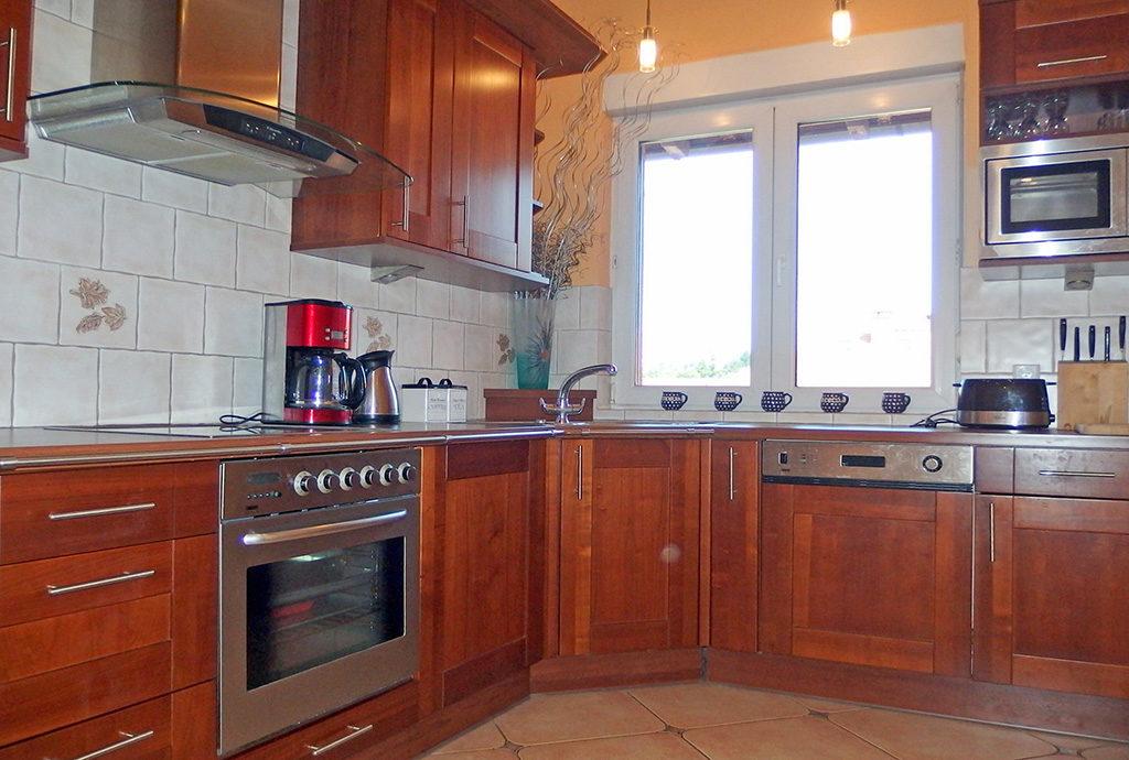 stylowo umeblowana kuchnia w mieszkaniu na sprzedaż we Wrocławiu