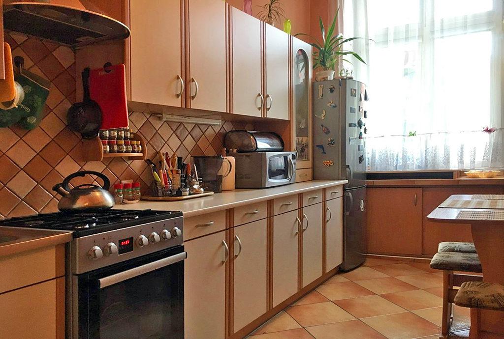 umeblowana komfortowo kuchnia w mieszkaniu we Wrocławiu na sprzedaż