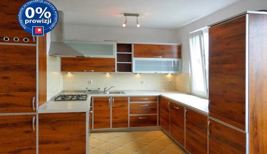 kuchnia w zabudowie znajdująca się w mieszkaniu do wynajęcia we Wrocławiu