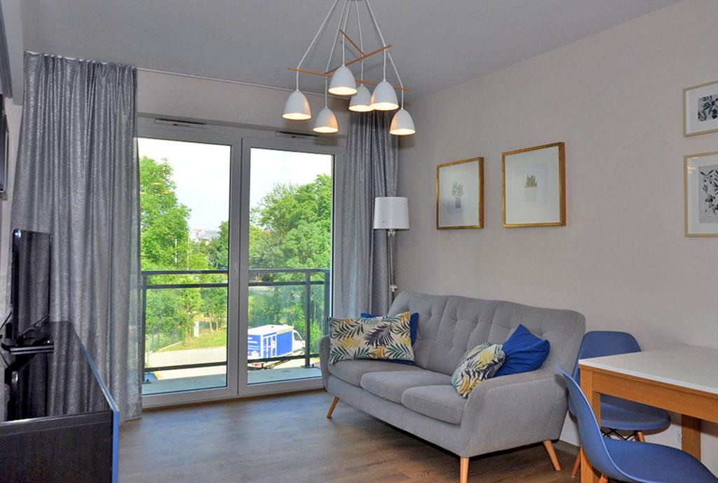 widok z innej perspektywy na salon w mieszkaniu do wynajmu we Wrocławiu